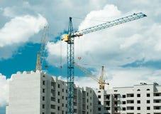 Kräne, die ein Haus errichten Stockfotografie