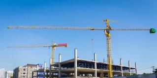 Kräne, die Konstruktstandort errichten Lizenzfreies Stockbild