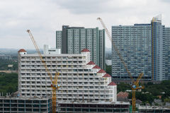 Kräne an einem Baustellemehrstöckigen Wohngebäude Stockbilder