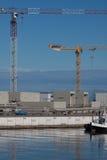 Kräne in einem Seehafen Stockbild
