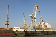 Kräne, Frachtschiff und Tanker-LKW Stockfotografie