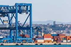 Kräne am Hafenkanal Stockfotografie
