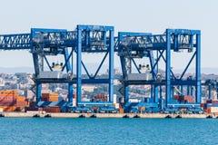Kräne am Hafenkanal Lizenzfreies Stockbild