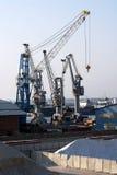 Kräne im Hafen lizenzfreie stockbilder