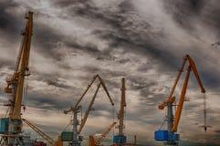 Kräne im Hafen Stockbild