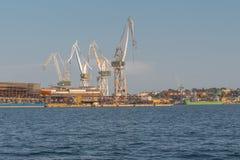 Kräne im Hafen von Pula stockfotos