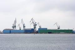 Kräne im Hafen von Pula Lizenzfreie Stockfotografie