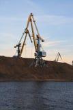 Kräne im Kanal. Stockbild