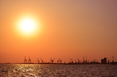 Kräne am Sonnenuntergang Lizenzfreie Stockfotografie