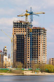Kräne und Gebäude Stockfotos