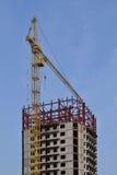 Kräne und Gebäude im Bau Stockfotos