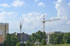Kräne und Gebäude im Bau Lizenzfreie Stockfotos