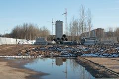 Kräne und Rohre auf einer Baustelle Stockfoto