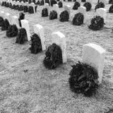 Kränze auf Gräbern von Veteranen stockfotos