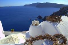 Kränze der Rebe wurzelt auf den Dächern Oia, Santorini Stockfoto