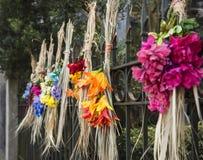 Kränze des süßen Grases gemacht von den Resten von sweetgrass Körben gesponnen vom Gullahkünstler in Charleston, Sc stockfotos