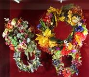 Kränze mit Blumen und Früchten auf einem roten Hintergrund lizenzfreie stockfotos