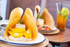 Kräpp för klibbiga ris för mango med stil för glassbildtappning arkivbilder