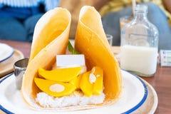 Kräpp för klibbiga ris för mango med stil för glassbildtappning royaltyfria bilder