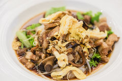 kräpp för risnudel med räka, griskött, grönsaken och det stekte ägget Arkivfoton