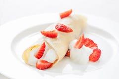 Kräpp med kräm- och nya jordgubbar Royaltyfria Foton