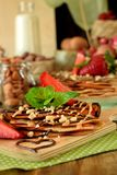 Kräppar dekorerade med muttrar, choklad, nya jordgubbar och mintkaramellen Royaltyfri Fotografi