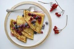 Kräppar eller pannkakor med sirap och nya bär Top beskådar fotografering för bildbyråer