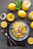 Kräppar med citronkräm Arkivfoto