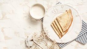 Kräppar tunna pannkakor med honung på en vit platta Top beskådar Lekmanna- lägenhet Utrymme för text arkivbilder