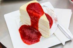 Kräppcake med jordgubbesås Arkivbilder