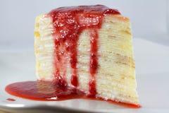 Kräppkaka med jordgubbekälla Royaltyfri Fotografi
