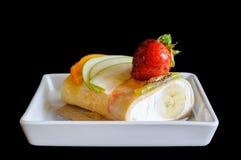 Kräppkakarulle med frukt Royaltyfri Foto