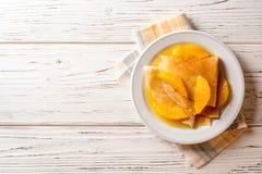Kräuseln Sie suzette, traditionellen französischen Nachtisch mit dünnen Pfannkuchen und orange Soße stockbilder