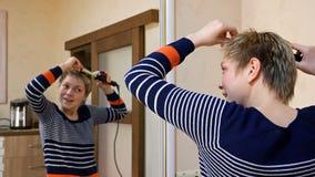 Kräuselt blonde Frau des kurzen Haares des hübschen smiley Haar Lizenzfreie Stockfotografie
