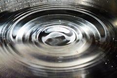 Kräuselung des Wassers in der Wanne Stockfotos