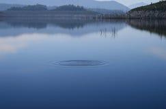 Kräuselung am nebelhaften Tag des ruhigen Sees, Lizenzfreie Stockbilder
