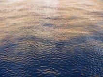 Kräuselungen auf dem Fluss stockbild