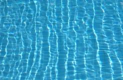 Kräuselungen auf Poolwasseroberfläche Lizenzfreies Stockfoto
