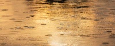 Kräuselungen geschaffen durch fallenden Regen in einem wilden Fluss Stockfotos