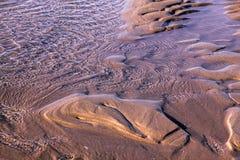 Kräuselungen im Sand als den Gezeiten erlischt Stockfoto