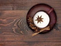 Kräuter-Chai-Tee mit Milch Lizenzfreies Stockfoto