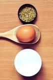 Kräuter, Ei im hölzernen Löffel und Mehl stockfotos