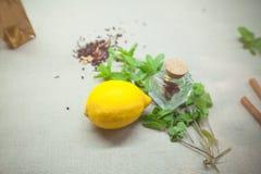 Kräuter für Tee und eine Zitrone auf einem Leinenhintergrund Stockbild