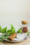 Kräuter für Tee und eine Zitrone auf einem Leinenhintergrund Lizenzfreie Stockfotos