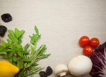 Kräuter und Gemüse auf Leinenhintergrund Stockbild