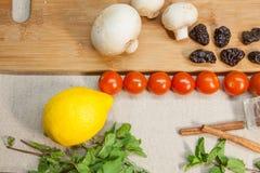 Kräuter und Gemüse auf Leinenhintergrund Lizenzfreies Stockbild