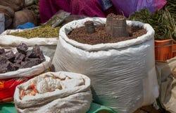 Kräuter und Gewürz-Markt in Indien lizenzfreie stockbilder