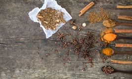 Kräuter und Gewürze auf einem hölzernen Brett Gewürz-Löffel lizenzfreie stockfotografie