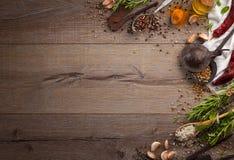 Kräuter und Gewürze auf hölzerner Tabelle Stockfotos