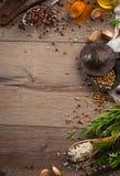 Kräuter und Gewürze auf hölzerner Tabelle Lizenzfreies Stockbild